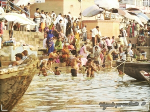 Todas las mañanas los fieles hinduistas se bañan en las aguas del rio sagrado Ganges. Varanasi