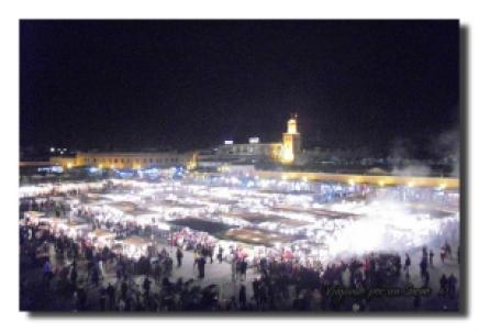 En ramadam la plaza Jamaa el Fna se llena de gente al caer la noche para romper el ayuno.