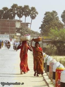 Mujeres en Benaulim, vestidas con el clásico saris.